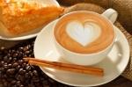 un café con un corazón de espuma