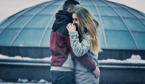 pareja abrazandose psicologo Gijon