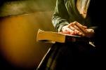 libro manos anciana reflexionando allende