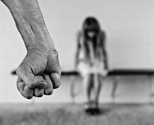 violencia genero puño cerrado mujer miedo