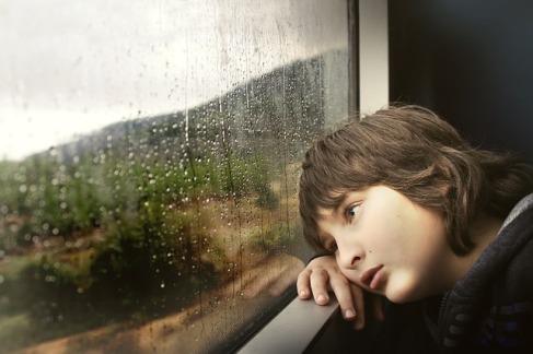 niño triste familia psicologia