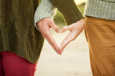 pareja manos corazón ansiedad psicologo terapia gijon
