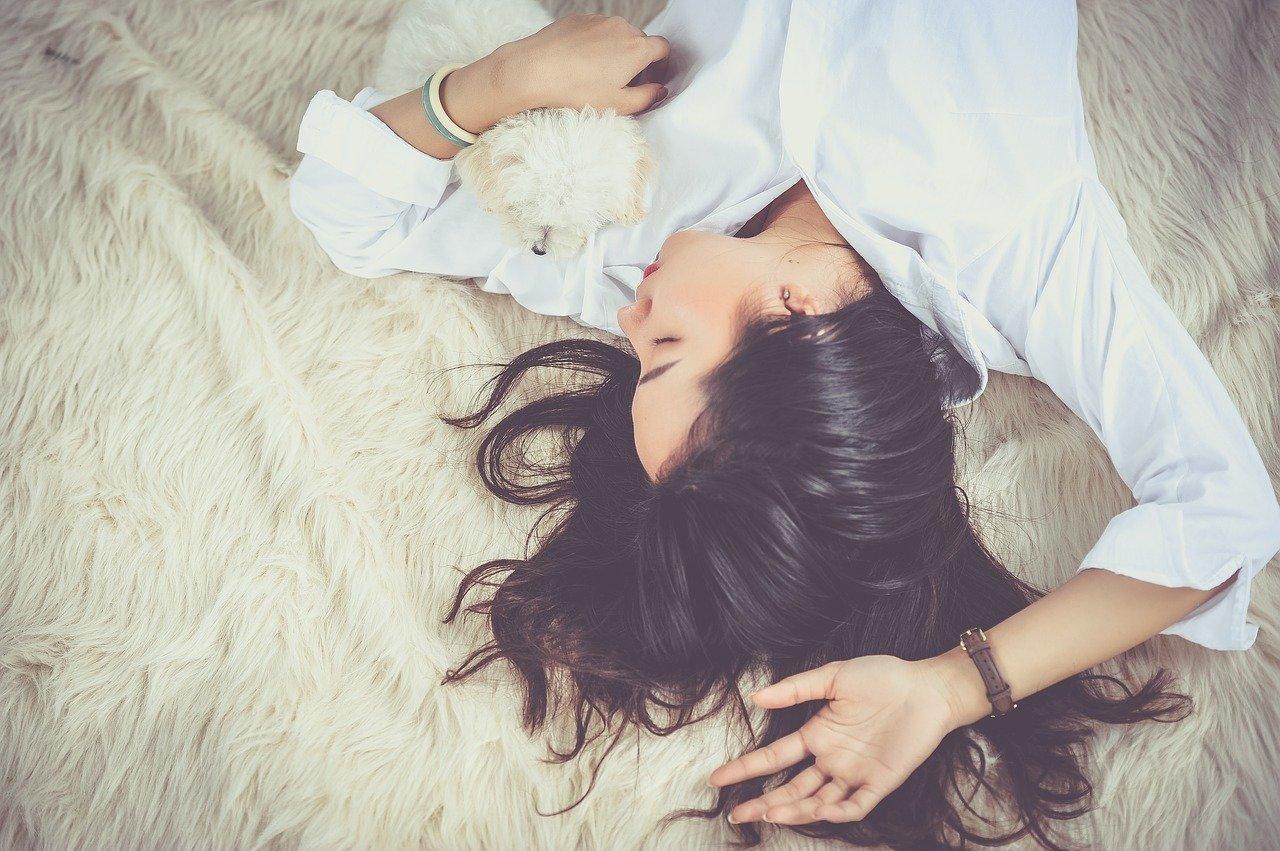 no hacer nada hiperactividad coronavirus confinamiento chica con perro